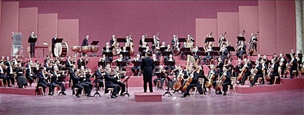 A orquestra MGM é destaque no filme Meias de Seda