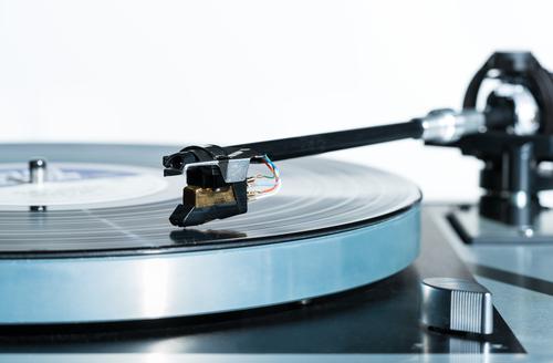 um tocador de discos de vinil, de gravação analógica