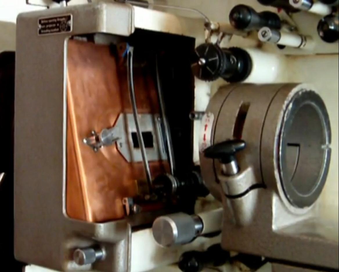 Molas de pressão, para estabilizar a passagem do filme na frente da janela, inovação do Philips DP-70 (acima), mantida no Incol 70/35.