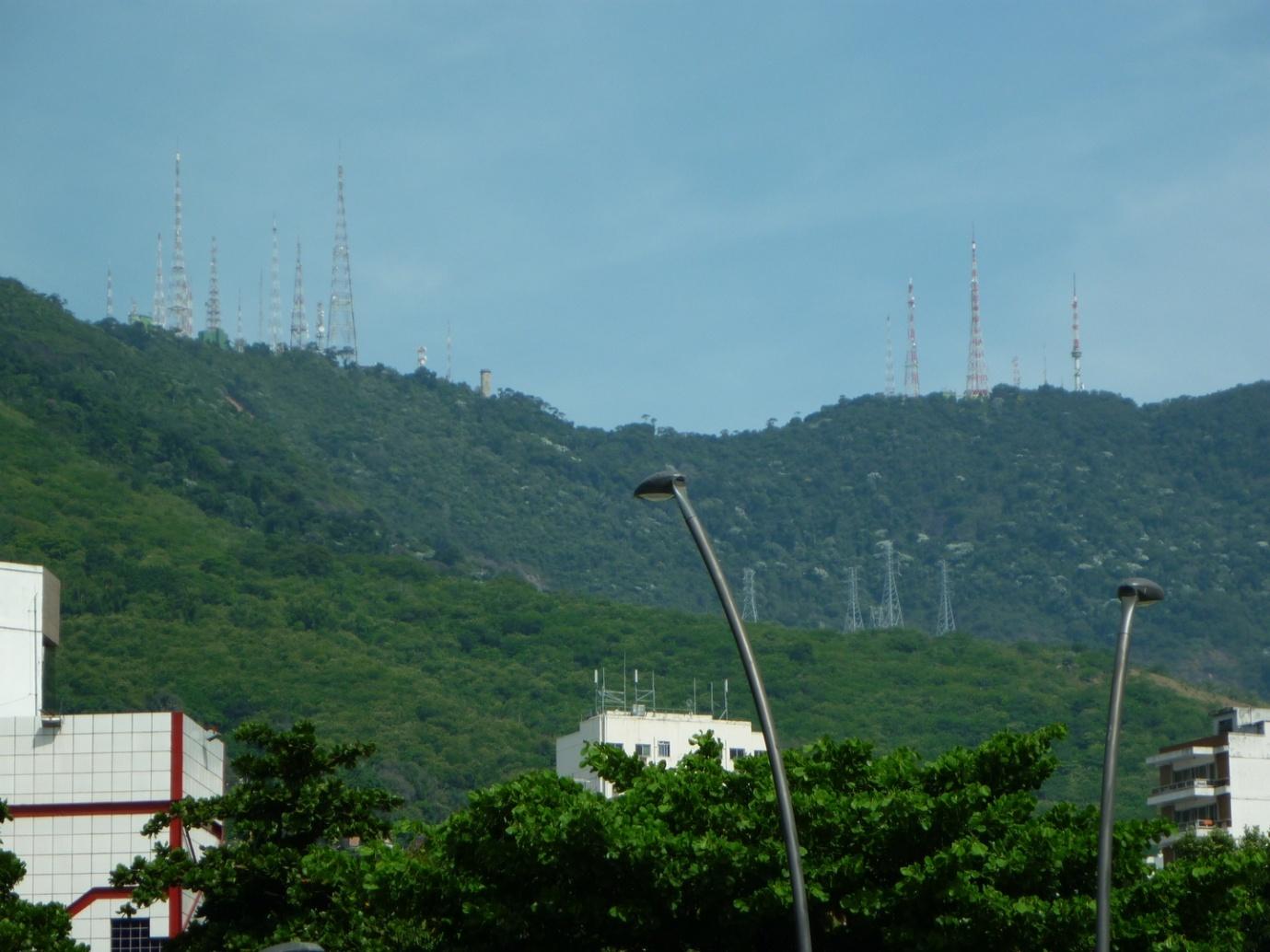 Visão morro do Sumaré, no pátio da Igreja de São Francisco Xavier, situada na rua do mesmo nome. Os pontos brancos no alto de algumas torres correspondem às antenas transmissoras para o sinal digital.