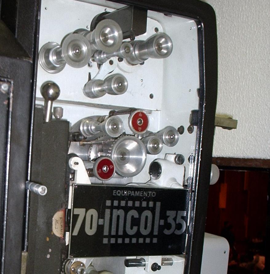 Parte superior do Incol 70/35, mostrando as cabeças magnéticas, em encapsulamento duplo e rotativo, na cor preta, bem no topo do corpo do projetor.