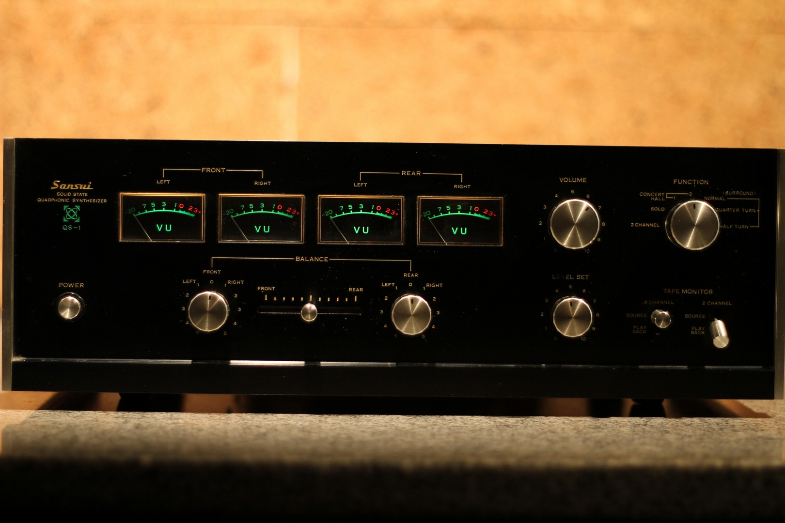 Amplificador quadrafônico Sansui modelo QS-1 (foto cedida por cortesia do Dr. Carlos Fernando Blanco).