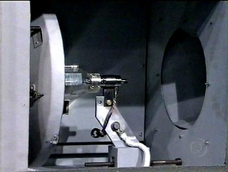 Lâmpada Xenon instalada em frente ao seu espelho refletor, na lanterna do Incol 70/35.