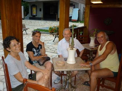 Da direita para a esquerda, Ivo Raposo, João Szilard, sua esposa e filha.