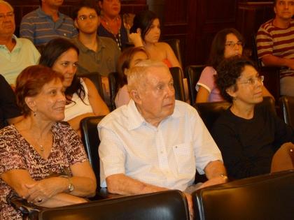 O engenheiro João Szilard e família, ao receber uma homenagem, na sala de projeção.